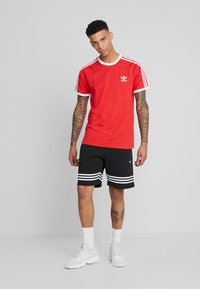 adidas Originals - 3 STRIPES TEE UNISEX - T-shirt z nadrukiem - lush red - 1