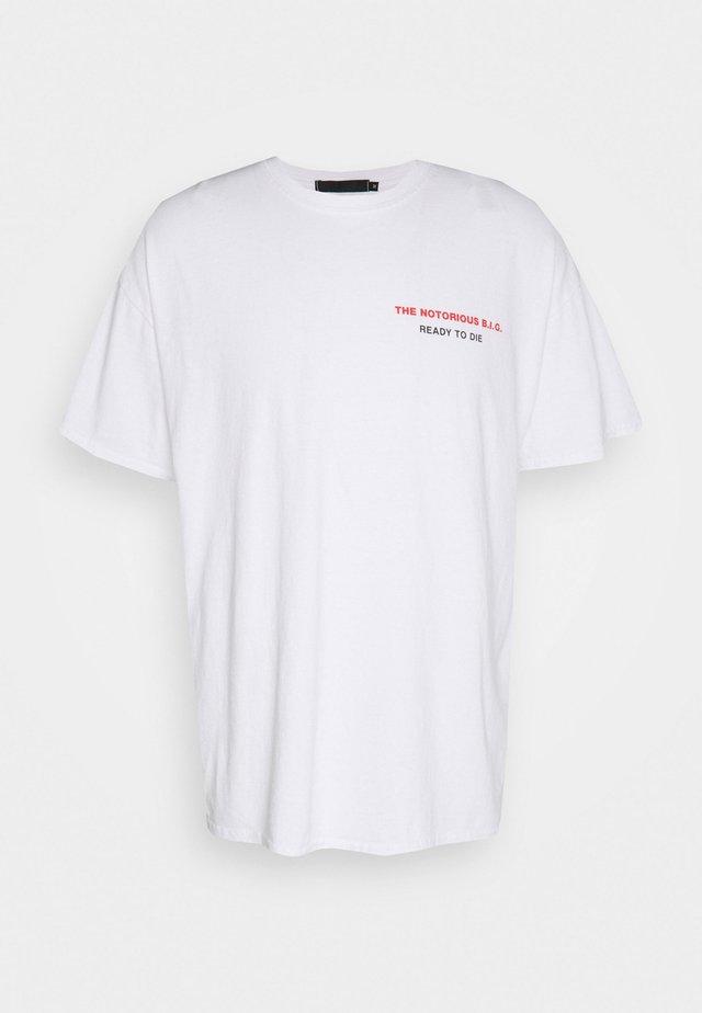 BIGGIE BACK OVERSIZED WASHED TEE - T-shirts med print - white washed