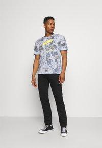 Jack & Jones - JORAZIEL TEE CREW NECK - Print T-shirt - navy blazer - 1