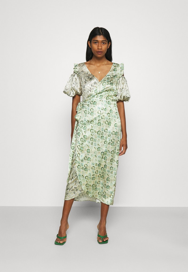 Never Fully Dressed - MARBLE COLD SHOULDER MIDI WRAP - Cocktailklänning - green