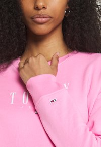 Tommy Jeans - REGULAR ESSENTIAL LOGO - Mikina - pink daisy - 4