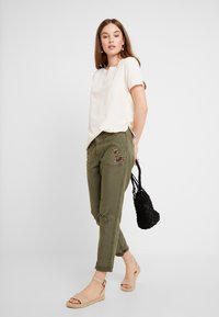 Abercrombie & Fitch - EMBROIDERY - Kalhoty - olive - 2