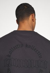Common Kollectiv - CENTURY TEE UNISEX  - Print T-shirt - black - 4