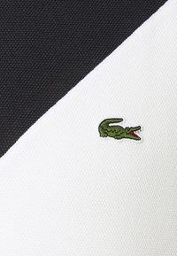 Lacoste - REGULAR FIT  - T-shirt imprimé - sinople/flour - 5