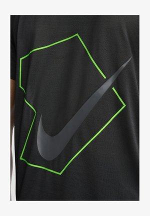 FÜR HERREN - T-shirt z nadrukiem - black/dark smoke grey