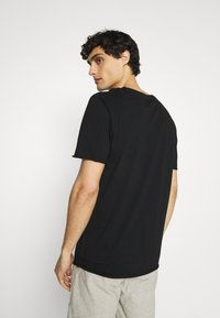 Selected Homme - SLHWALTER O-NECK TEE - Print T-shirt - black - 2