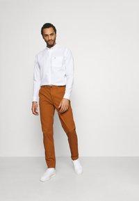 Scotch & Soda - STUART CLASSIC - Chino kalhoty - tabacco - 1