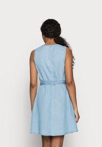 Vero Moda Petite - VMVIVIANA SHORT DRESS PETITE - Denim dress - light blue denim - 2