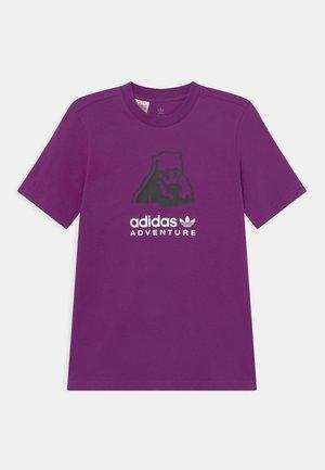 ORIGINALS ADVENTURE T-SHIRT RELAXED - T-shirt imprimé - glory purple
