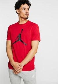 Jordan - Triko spotiskem - gym red/black - 0
