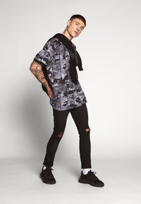 Common Kollectiv - SCRATCH RIPPED KNEE - Jeans Skinny Fit - black - 1