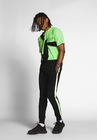 Mennace - CURVED PIPING - T-shirt imprimé - lime green - 1