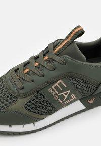 EA7 Emporio Armani - UNISEX - Sneakers laag - khaki - 5