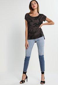 Urban Classics - CAMO  - Print T-shirt - dark green - 1