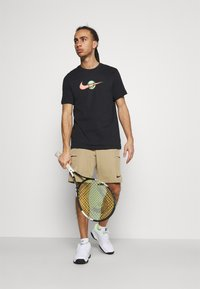 Nike Performance - TEE TENNIS - Print T-shirt - black - 1
