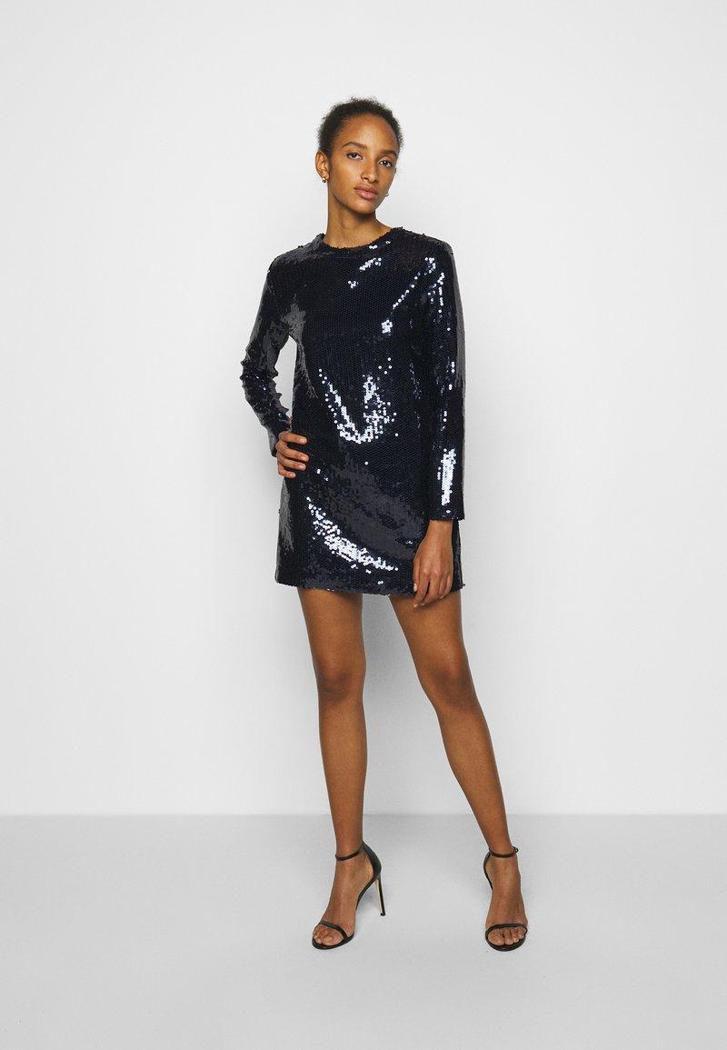 Victoria Victoria Beckham - SEQUIN OVERLAY MINI DRESS - Sukienka koktajlowa - midnight blue