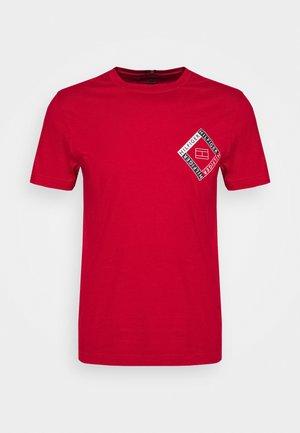 CORP DIAMOND TEE - T-shirt z nadrukiem - red