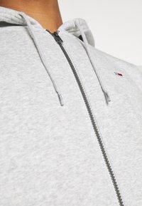 Tommy Jeans - REGULAR ZIP HOOD - Tröja med dragkedja - light grey heather - 5