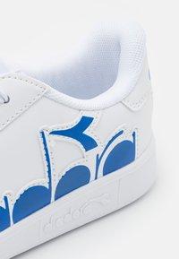 Diadora - GAME BOLDER UNISEX - Sportschoenen - white/micro blue - 5