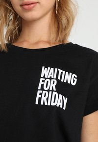Merchcode - LADIES WAITING FOR FRIDAY BOX TEE - T-shirt print - black - 4
