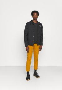 The North Face - GLACIER TEE - Camiseta estampada - tnf black - 1