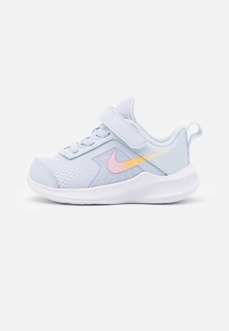 Nike Performance - DOWNSHIFTER UNISEX - Juoksukenkä/neutraalit - football grey/multicolor/white/crimson tint