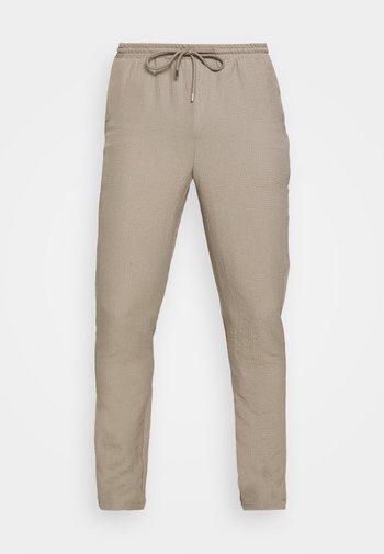 CRINKLE TAPERED JOGGER - Pantalones - cream