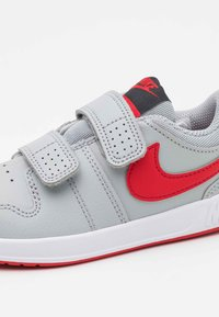 Nike Performance - PICO 5 UNISEX - Sportovní boty - light smoke grey/universe red/dark smoke grey/white - 5
