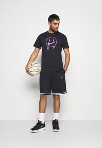 Nike Performance - PEACE LOVE BASKETBALL TEE - T-shirt con stampa - black - 1