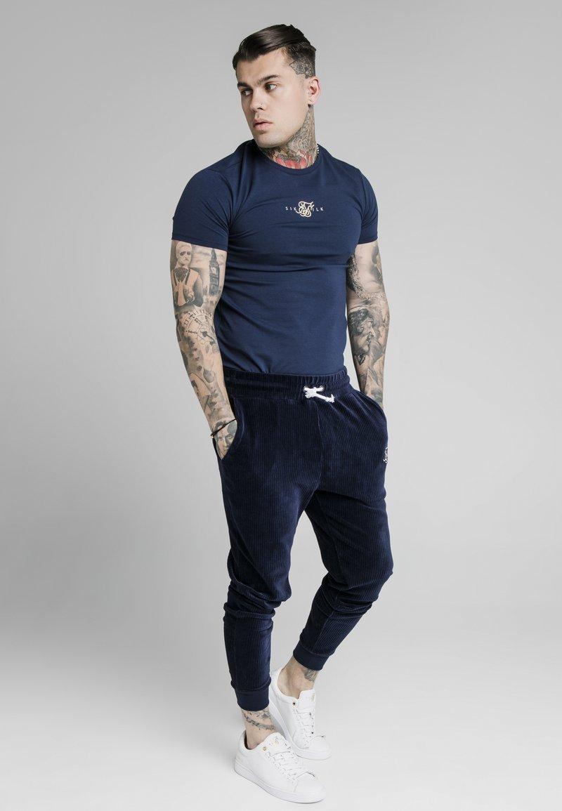 SIKSILK - ALLURE STRAIGHT HEM GYM TEE - Camiseta estampada - navy