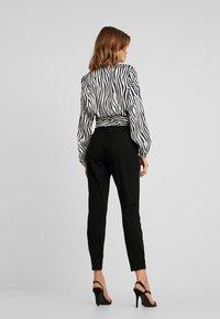 Vero Moda - VMEVA LOOSE SIDE PAPERBAG PANT - Pantalones - black - 2