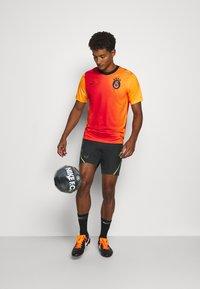 Nike Performance - DRY  - Korte broeken - black/volt - 1