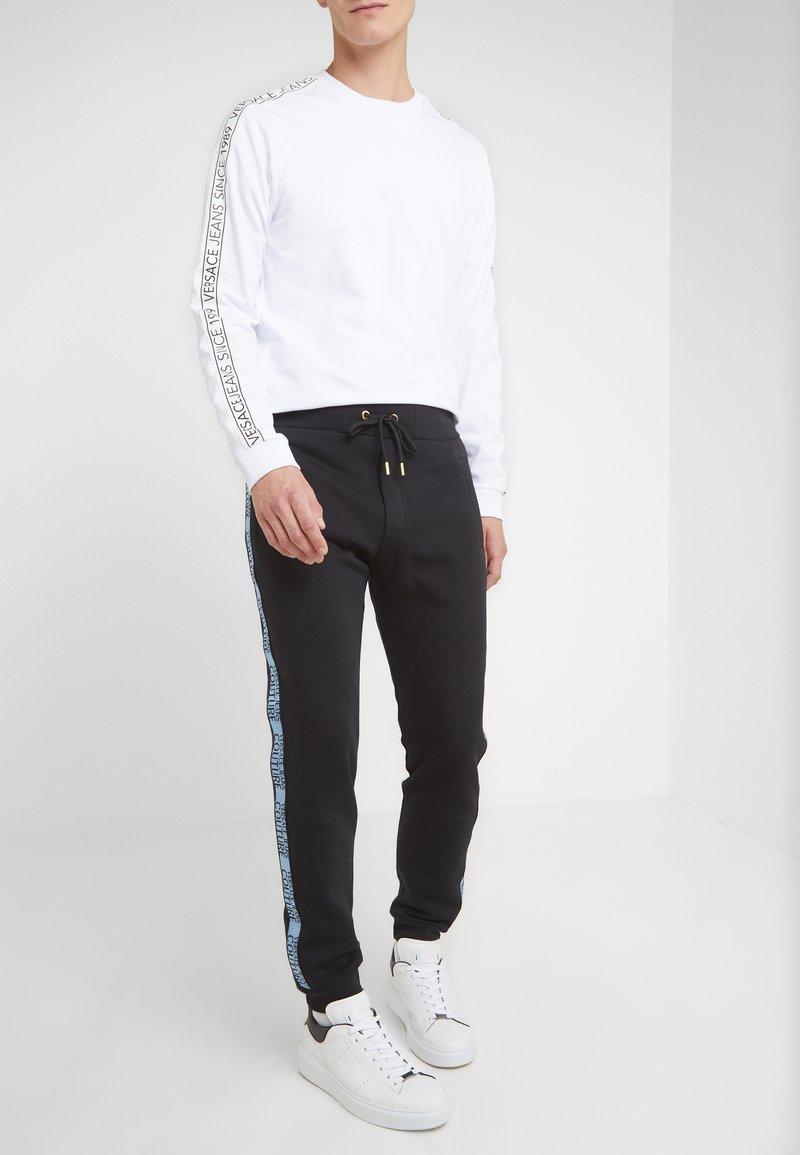 Versace Jeans Couture - PANTALONI - Träningsbyxor - nero