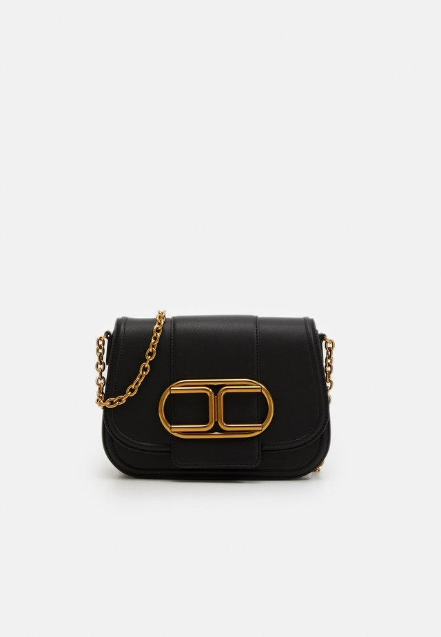 MED SADDLE LOGO CROSSBODY WITH CHAIN - Borsa a tracolla - nero