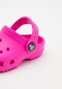 Crocs - CLASSIC  - Pool slides - electric pink - 5