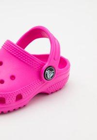 Crocs - CLASSIC  - Badslippers - electric pink - 5