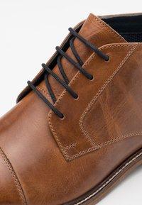 Pier One - LEATHER - Elegantní šněrovací boty - camel - 5
