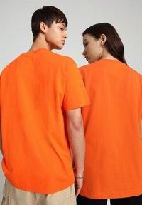 Napapijri - S-BOX   - T-shirt med print - orangeade - 3