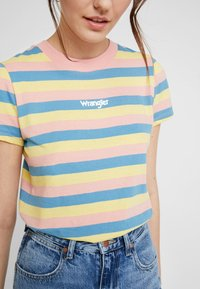 Wrangler - REGULAR TEE - Print T-shirt - peaches pink - 5