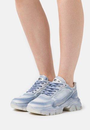 TAYKE OVER - Sneakers laag - retro blue