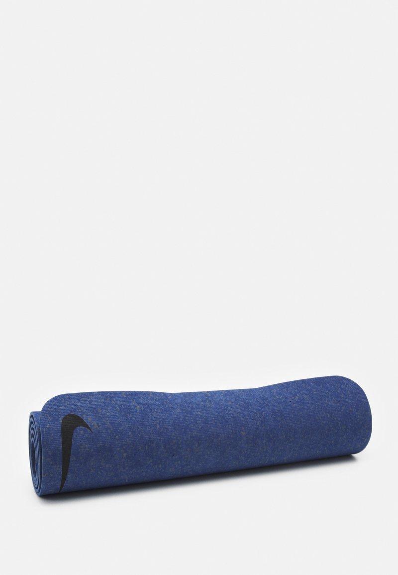 Nike Performance - MOVE YOGA MAT 4 MM UNISEX - Fitness/jóga - midnight navy