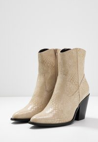 ONLY SHOES - ONLBLAKE STRUCTURED HEELED BOOT - Botines de tacón - offwhite - 4