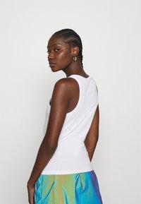 Calvin Klein Jeans - SHINE LOGO RACER BACK - Linne - bright white - 2