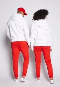 Lacoste - POLAROID UNISEX HOODIE - Sweatshirt - white - 2