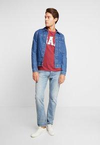 GAP - V-LOGO ORIG ARCH - Camiseta estampada - indian red - 1
