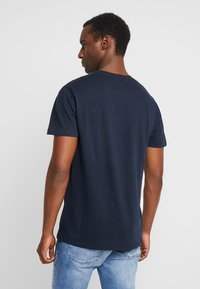 Abercrombie & Fitch - LEGACY APPLIQUE  - Printtipaita - navy - 2