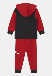 Jordan - JUMPMAN SIDELINE SET UNISEX - Tracksuit - gym red - 1