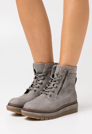 Kotníkové boty na platformě - grey matt
