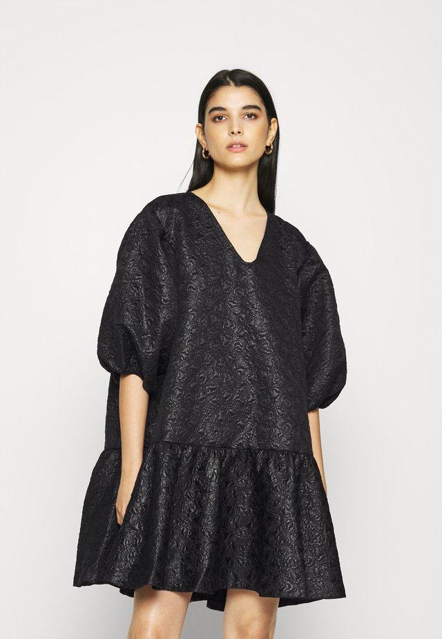 DESTILLA - Korte jurk - black
