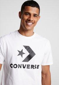 Converse - STAR CHEVRON TEE - Camiseta estampada - white - 3